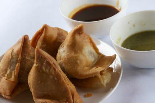 samosas with chutney - Punjabi Samosa