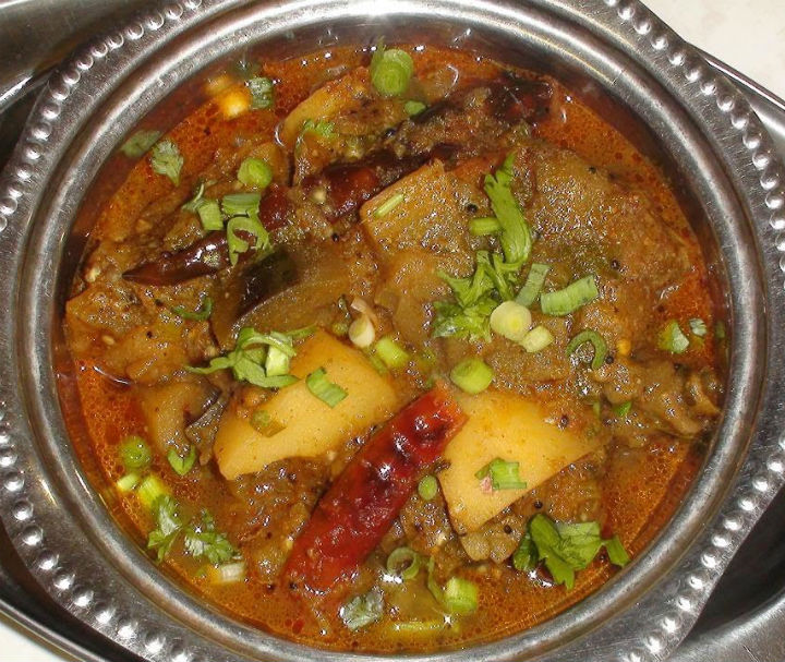 Ringan Bateta nu Shaak (Brinjal and Potato Curry)