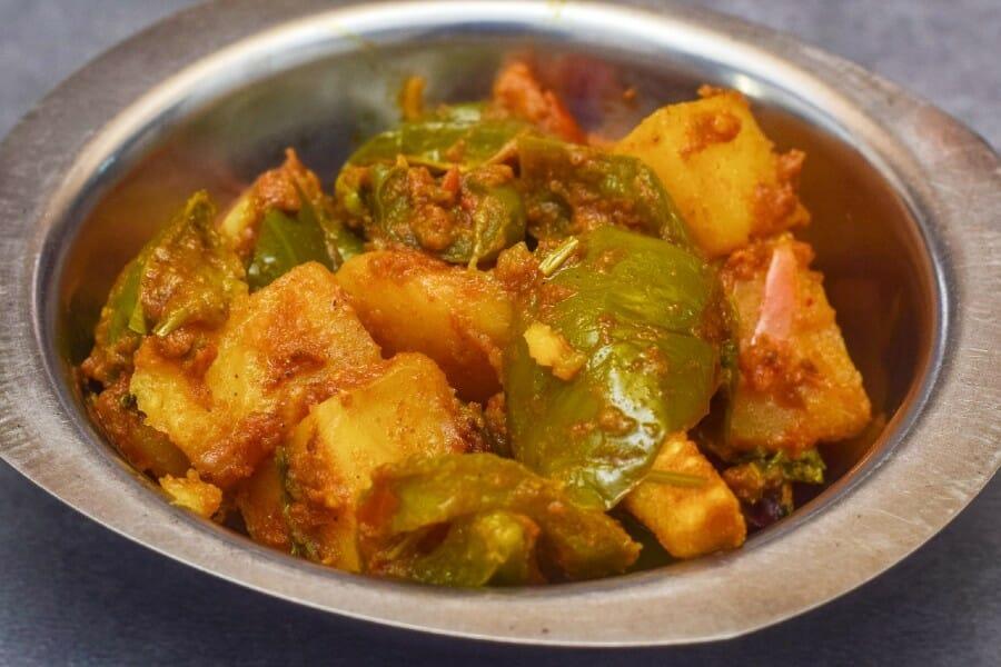potato capsicum gravy - உருளைக்கிழங்கு குடை மிளகாய் கிரேவி